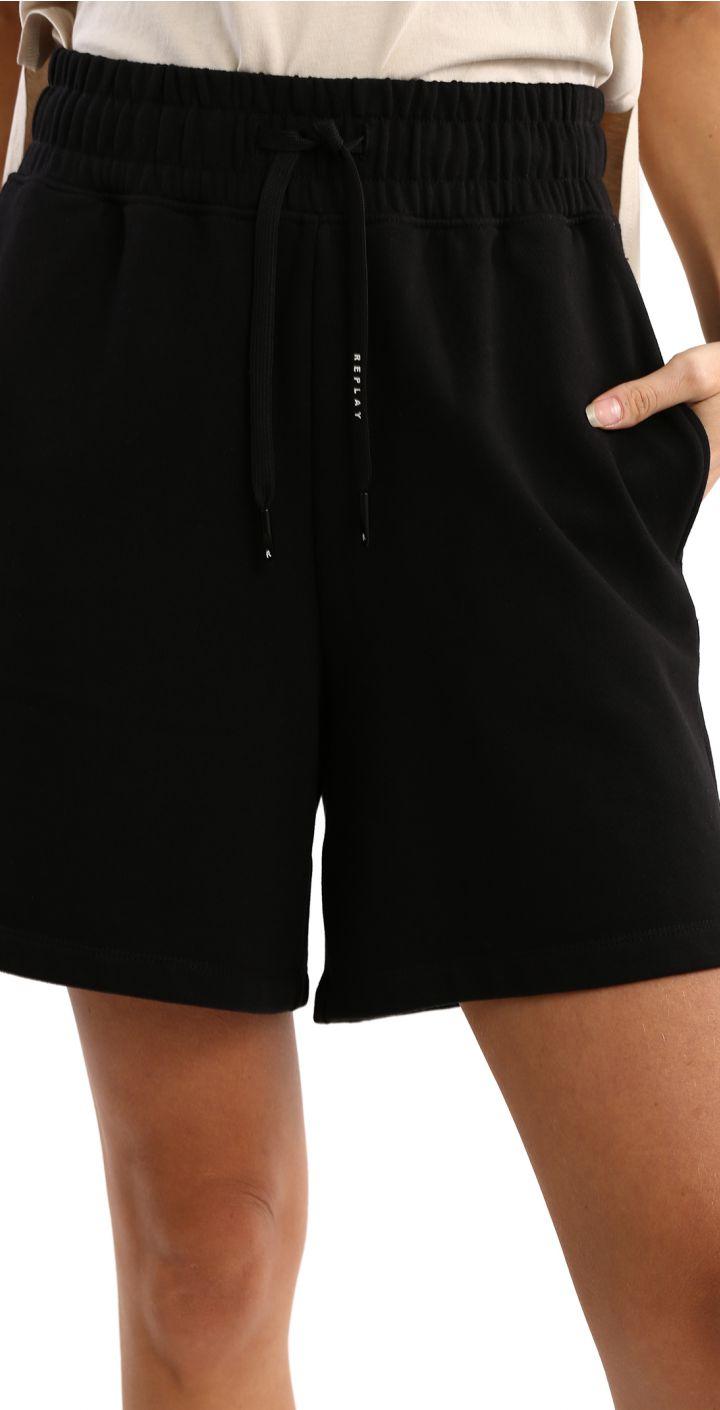 מכנסיים קצרים עם לוגו גדול מאחורה נשים